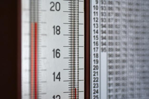 Termômetro de higrômetro montado na parede mostra uma coluna de temperatura e umidade
