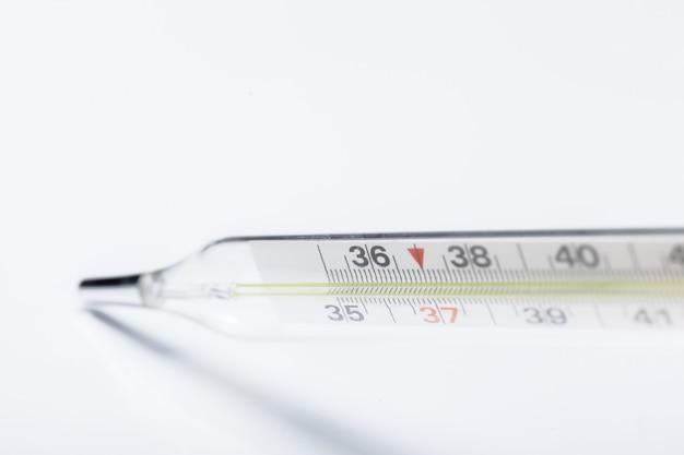 Termômetro de mercúrio, isolado no fundo branco