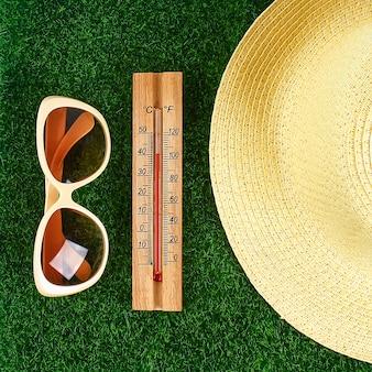 Termômetro exibindo altas temperaturas quentes de 40 graus no sol dia de verão.