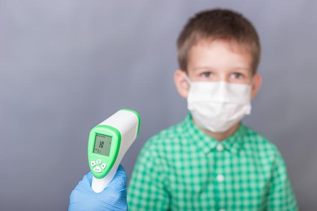 Termômetro infravermelho mede a temperatura de uma criança