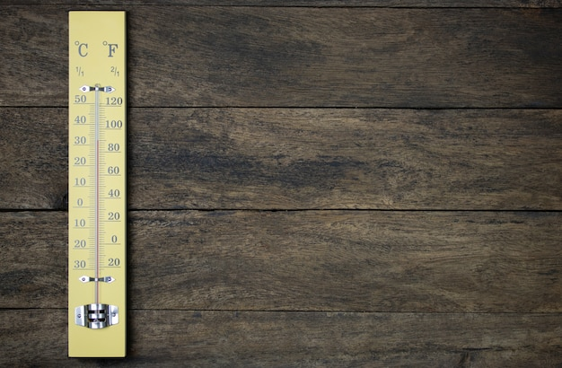 Termômetro na parede de madeira vintage