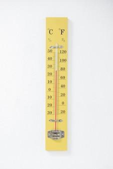 Termômetro na temperatura da verificação da parede do quarto