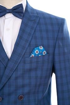Terno azul com lenço no bolso