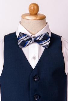 Terno azul dos homens bonitos com camisa e laço azul