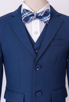 Terno azul lindo casaco masculino com camisa e gravata borboleta no fundo branco