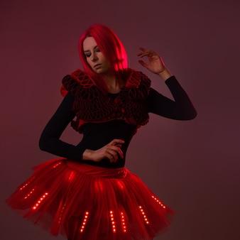Terno show light com leds jovem mulher bonita em um terno luminoso
