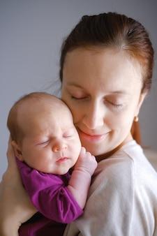 Ternura e amor da mãe abraçando