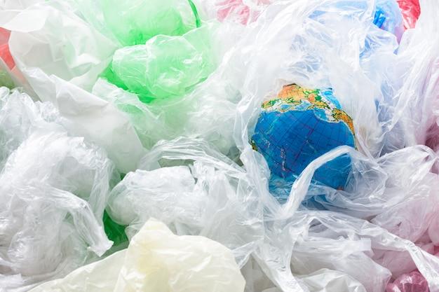 Terra cercada por sacos de plástico