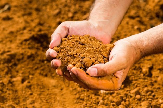 Terra em mãos masculinas
