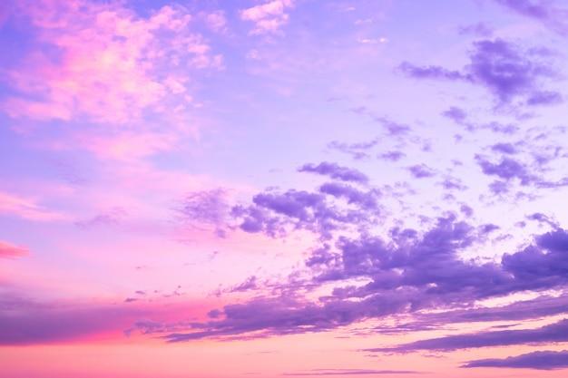 Terra futurista abstrata. o por do sol bonito futuro das cores nubla-se o fundo do céu.