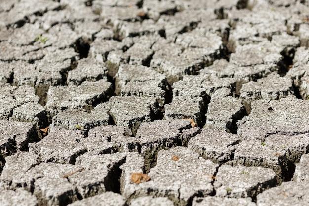 Terra rachada após o fundo da seca