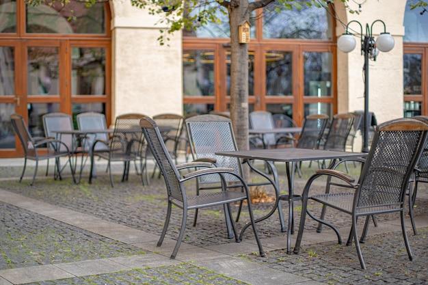 Terraço ao ar livre no restaurante com assento