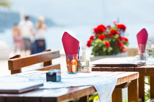 Terraço com vista para o mar do agradável café de montenegro