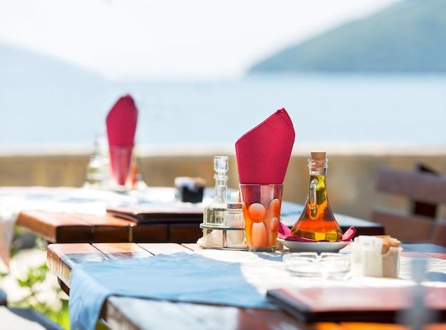 Terraço com vista para o mar do café de montenegro
