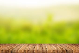 Terraço de madeira no fundo verde