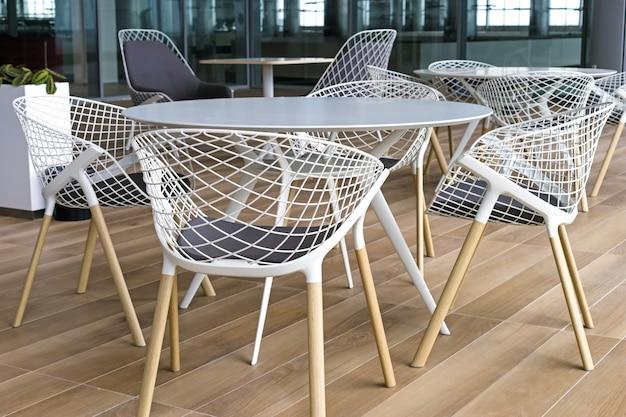 Terraço de verão vazio no terminal do aeroporto, cadeiras e mesas