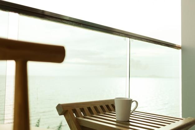 Terraço do hotel com vista para o mar e mesa posta nas férias de verão