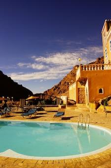 Terraço e piscina de um riyad no marrocos