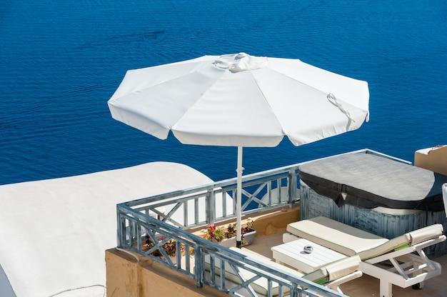Terraço sobre o mar azul de santorini