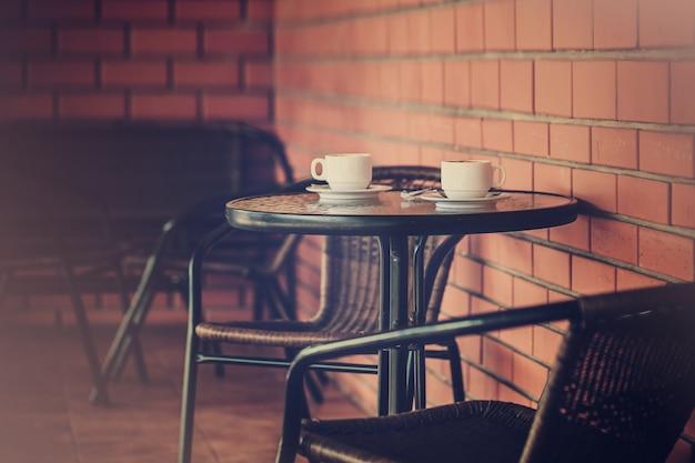 Terraço típico de café com mesas e cadeiras
