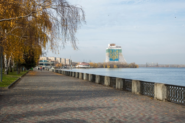 Terraplenagem da cidade de dnepr, ucrânia.