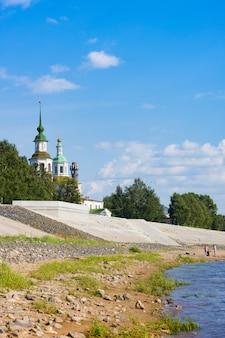 Terraplenagem do rio suhona e igreja de são nicolau no verão. veliky ustyug
