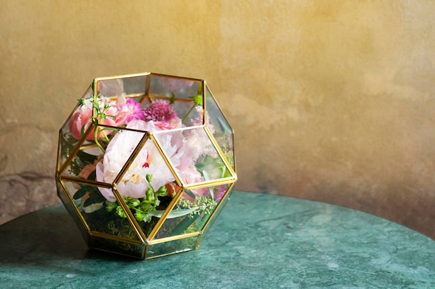 Terrário de flores decorado sobre uma mesa