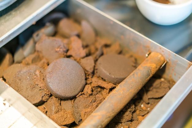 Terras de café usadas da máquina de café expresso.
