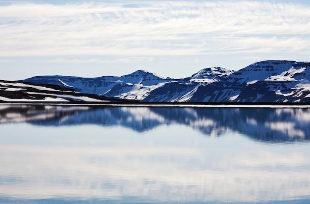 Terreno ártico acidentado da islândia