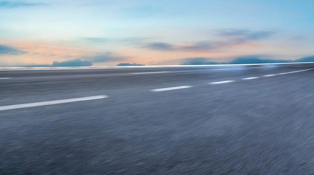Terreno da estrada e paisagem de nuvens no céu