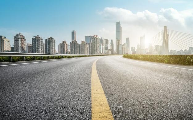 Terreno de estrada urbana e paisagem arquitetônica moderna