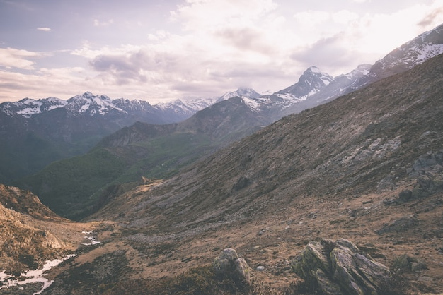 Terreno extremo de alta altitude, pico de montanha rochosa com céu tempestuoso dramático