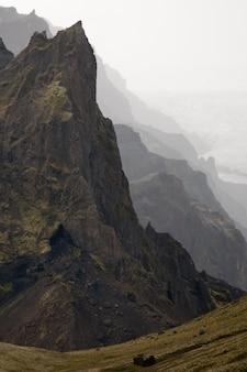 Terreno montanhoso acidentado do sul da islândia