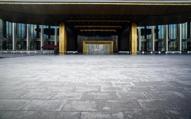 Terreno quadrado vazio e edifícios modernos em qingdao, china