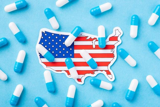 Terrível condição de saúde entre os cidadãos americanos. foto simbólica de muitas cápsulas na bandeira e no mapa dos estados unidos