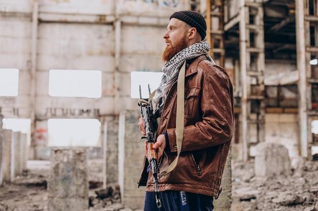 Terrorista com armas de fogo e soldados