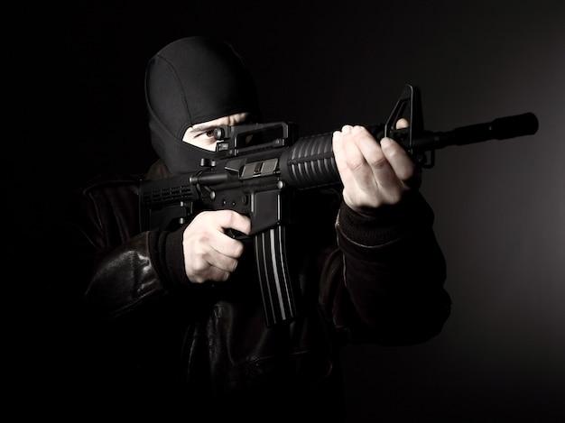 Terrorista com rifle