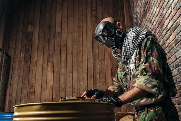 Terrorista de uniforme atira bomba nos barris