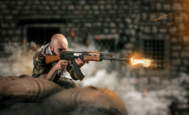 Terrorista emboscado e atira de um rifle