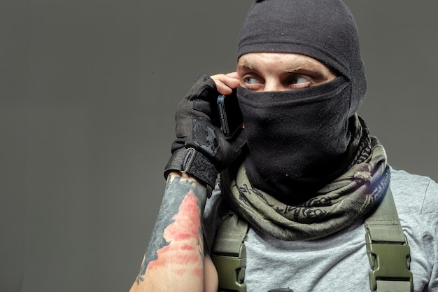 Terrorista se comunica por rádio walkie-talkie