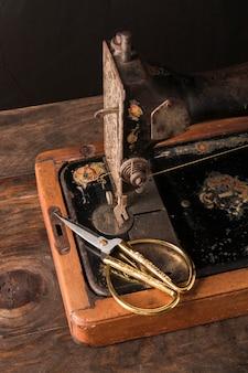 Tesoura bonita na velha máquina de costura