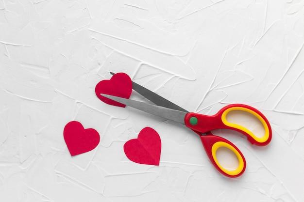 Tesoura cortando coração vermelho. desgosto, divórcio, conceito de dor de amor. dia dos namorados.