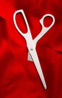 Tesoura cortando fita