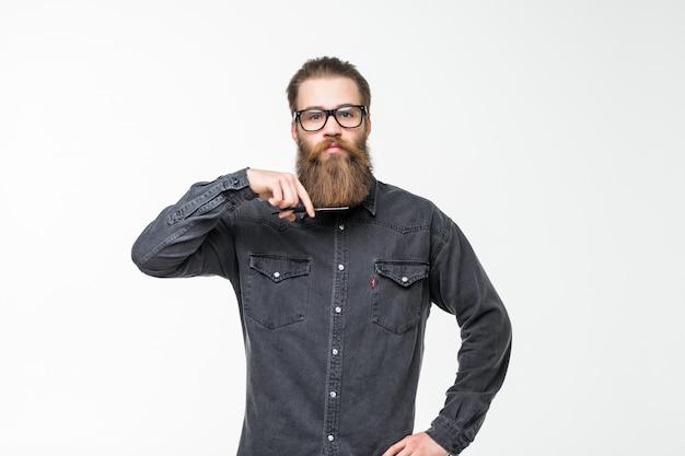 Tesoura de barbeiro, barbearia. homem brutal, bigode masculino na barbearia, corte de cabelo, barbear. equipa o corte de cabelo na barbearia. perfil de homem elegante barba, tesoura. homem barbudo isolado no espaço em branco.