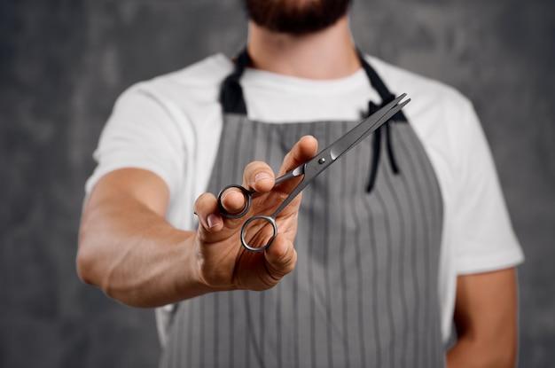 Tesoura de cabeleireiro na barbearia de trabalho profissional de mãos. foto de alta qualidade