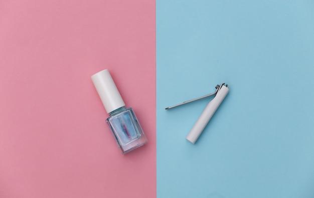 Tesoura de manicure, esmalte em azul rosa. conceito de beleza. cuidados com as unhas