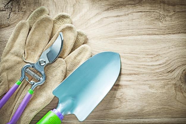 Tesoura de proteção de luvas de couro com pá de mão em placa de madeira