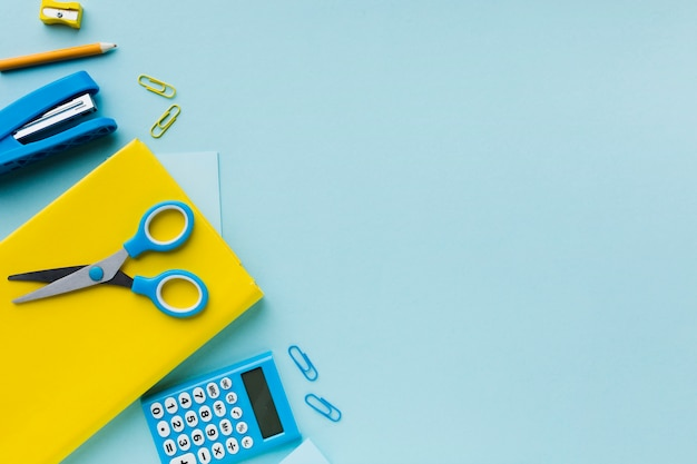 Tesoura e calculadora copiam espaço
