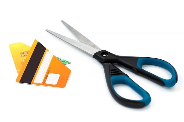 Tesoura e cartão de crédito cortado