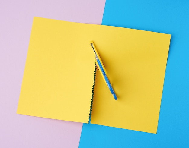 Tesoura infantil corta uma folha de papel amarela
